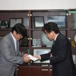 후원금 전달 (부동산이사와 샤인힐 사무국장)