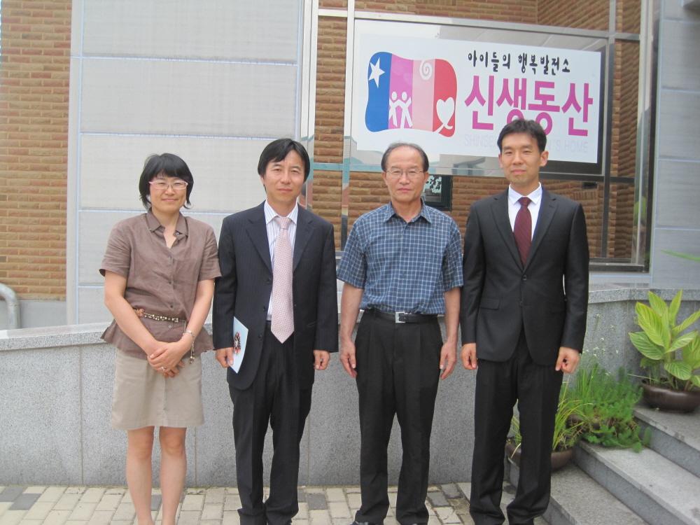 후원금 전달 후 기념촬영