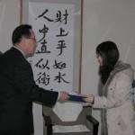 장학증서 및 장학금을 전달하고 있는 김상윤 (전)회장
