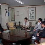 장학증서 및 장학금을 전달하고 있는 서동기 회장