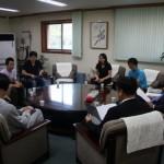 장학생들과 대화하는 김원보 회장