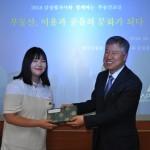 전동흔 공공서비스위원장과 학생대표 기념품전달